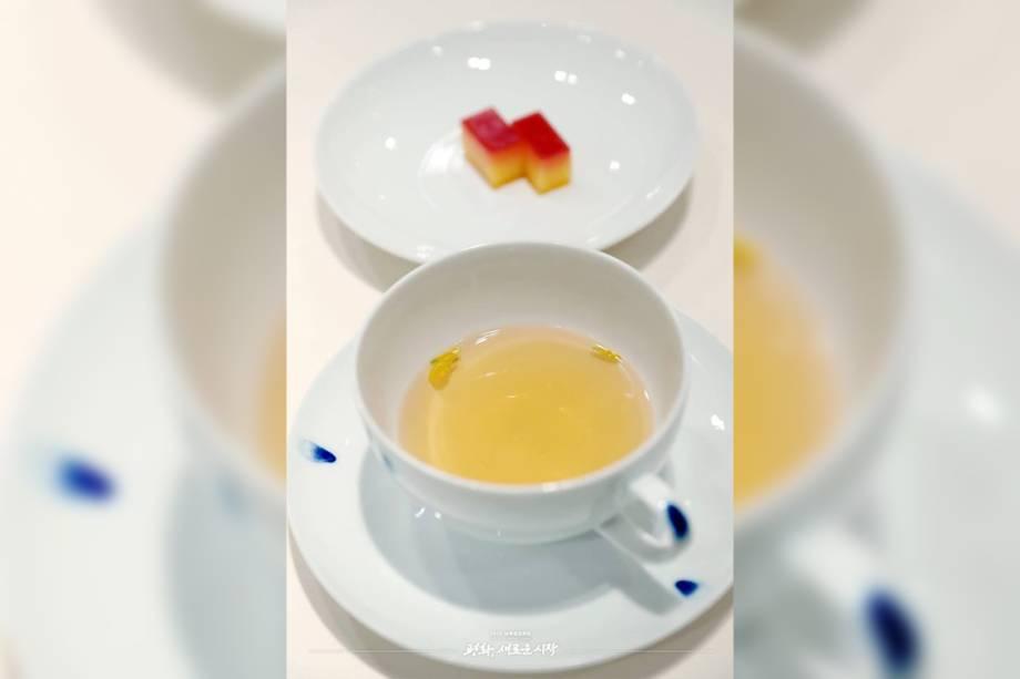 """Chá de cogumelos de pinho e bolo Halabang, outra sobremesa escolhida para representar a união entre os dois países.O chá vem das montanhas Baekdudaegan, no extremo norte da Coreia do Norte, enquanto o bolo é da ilha de Jeju, numa das partes mais meridionais da Coreia do Sul. Além da distância, cada ponto também tem seu próprio simbolismo. A cordilheira de Baekdudaegan origina-se no Monte Paektu, a casa espiritual do povo norte-coreano e o suposto local de nascimento do fundador do primeiro reino coreano. Jeju, por sua vez, é conhecida por ter sido lar de vários ativistas da democracia e opositores dos ditadores militares sul-coreanos e japoneses. Hoje, é conhecida como """"Ilha da Paz""""."""