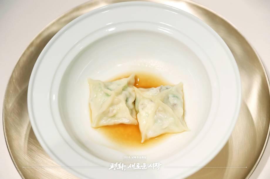 Pyeonsu, um tipo de bolinho recheado com corvina (um peixe da região) e pepino do mar. Os chefs vão buscar os ingredientes diretamente de Gageodo, cidade natal do ex-presidente sul-coreano Kim Dae-jung, o primeiro a organizar uma cúpula presencial com um líder norte-coreano, em 2000. Na época,<span>Kim Jong-il, pai de Kim Jong-un, comandava o Norte.</span>