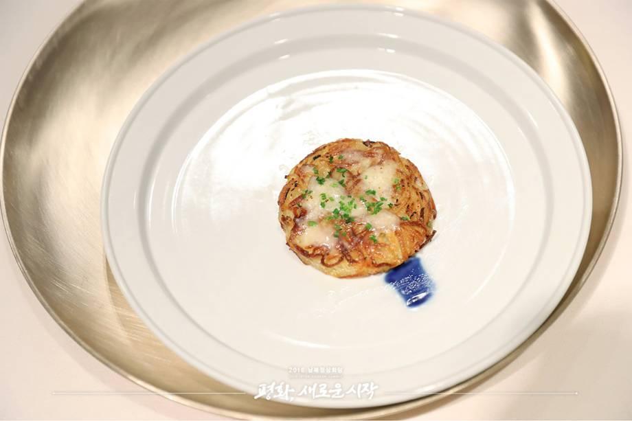 Batata Rosti no estilo coreano,um aperitivo que é uma releitura do clássico suíço. O prato representa a juventude de Kim Jong-un, quando ele estudava na Suíça.