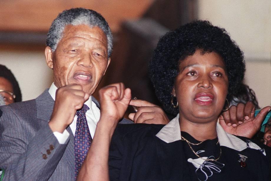 Líder anti-apartheid e membro do Congresso Nacional Africano (ANC) Nelson Mandela, e sua esposa Winnie Madikizela-Mandela, levantam os punhos após a libertação de Mandela da prisão de Victor Verster em Paar - 11/02/1990