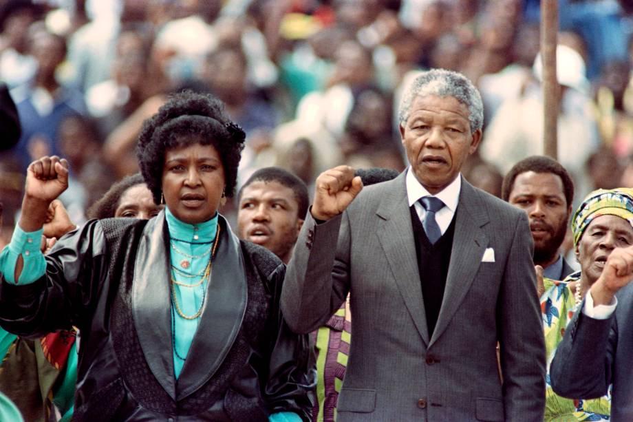 Winnie Madikizela Mandela e seu marido Nelson Mandela, são vistos durante um comício assistido por mais de 100.000 pessoas para celebrar a libertação de Mandela da prisão - 13/02/1990