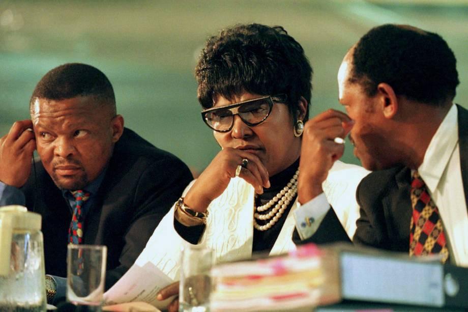 Winnie Madikizela Mandela e membros de sua equipe jurídica, ouvem o depoimento de uma das testemunhas em uma audiência pública especial da Comissão de Verdade e Reconciliação da África do Sul, em Joanesburgo - 01/12/1997