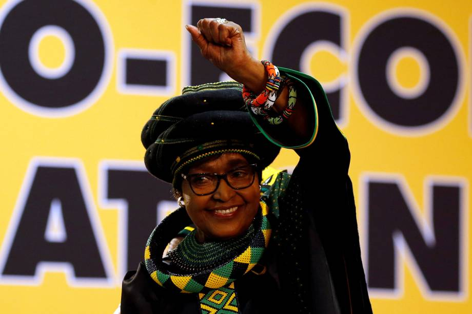 Winnie Madikizela Mandela, ex-esposa do ex-presidente sul-africano Nelson Mandela, gesticula para apoiadores na 54ª Conferência Nacional do Congresso Nacional Africano (ANC) no Centro de Exposições Nasrec, em Joanesburgo, África do Sul - 16/12/2017