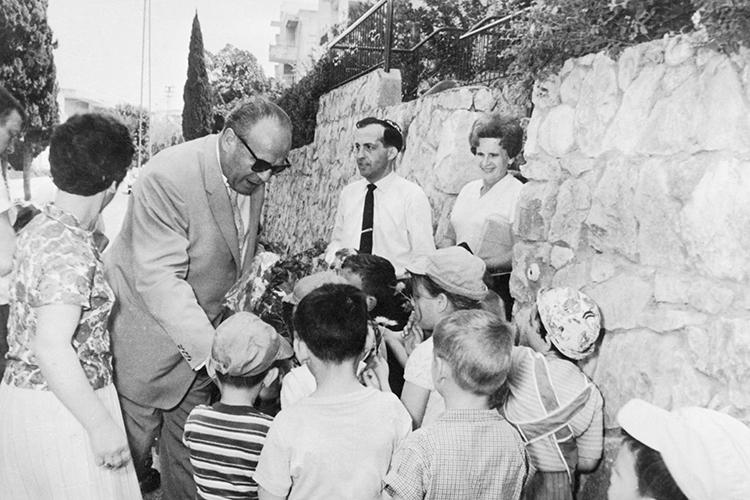Oskar Schindler interage com crianças Israelenses
