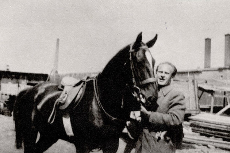 Oskar Schindler com seu cavalo, Polônia - 1942