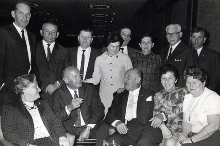 Oskar Schindler com sobreviventes do Holocausto durante visita à Israel