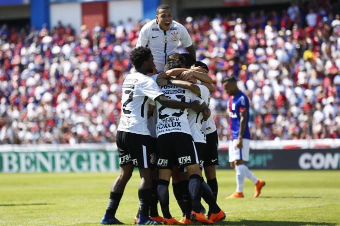 Jogadores do Corinthians comemoram o gol contra o Paraná, pelo Campeonato Brasileiro, em Curitiba