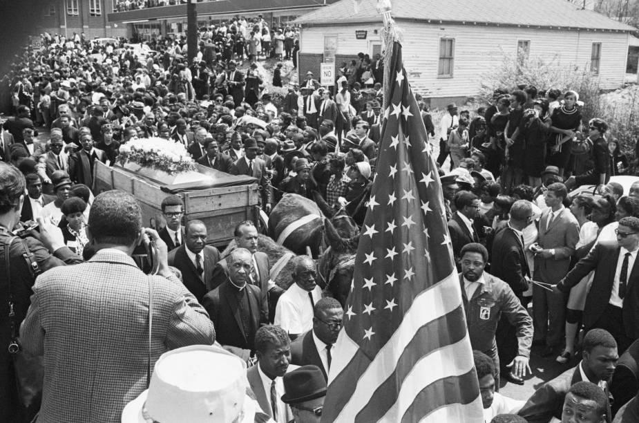 Caixão de Martin Luther King Jr. sendo carregado em passeata memorial em Atlanta, Georgia - 09/04/1968