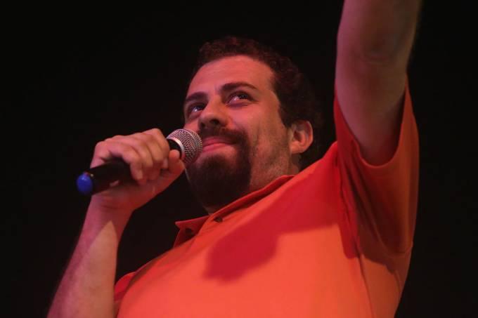 O presidenciável Guilherme Boulos, discursa após ordem de prisão do ex-presidente Lula