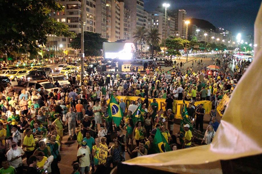 Manifestantes protestam a favor da prisão do ex-presidente Lula na praia de Copacabana, no Rio
