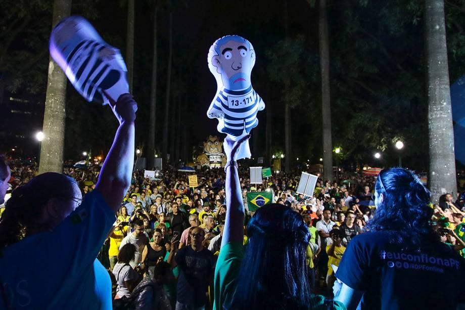 Manifestantes protestam contra o ex-presidente Lula na Praça da Liberdade, centro de Belo Horizonte, na noite desta Terça feira (03)