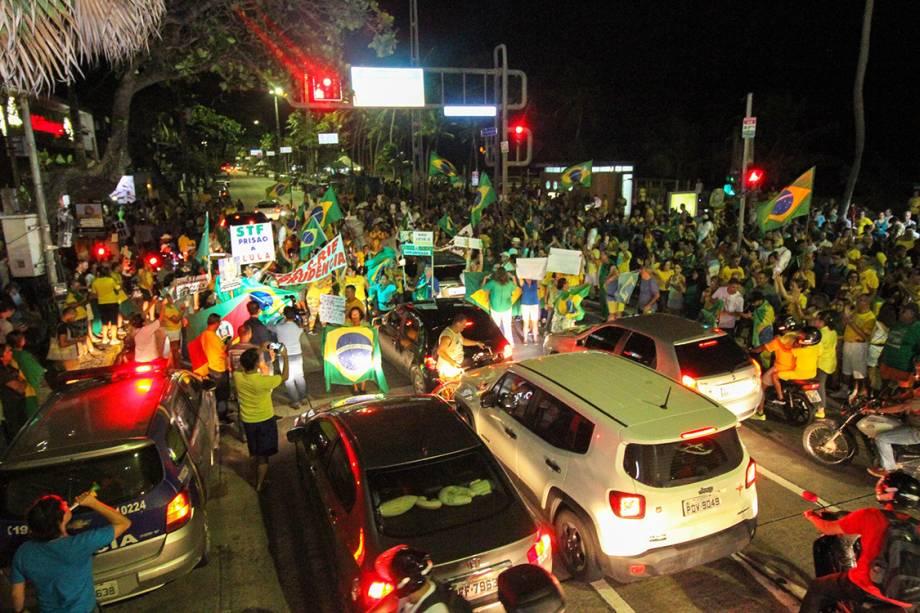 Manifestantes mostram faixas em protesto contra o ex-presidente Lula, na Avenida Boa Viagem em Recife