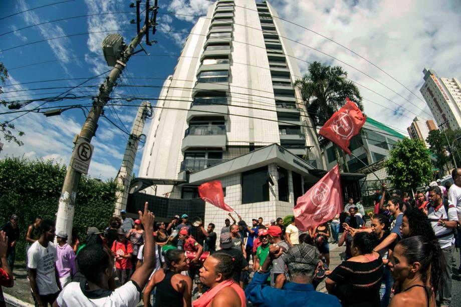Militantes fazem vigília em frente ao prédio de Lula, em protesto contra a prisão do ex-presidente, em São Bernardo do Campo