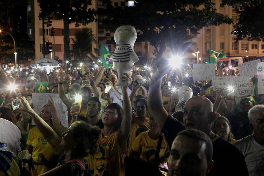 Manifestantes protestam contra o ex-presidente Lula na praia de Copacabana, no Rio de Janeiro - 03/04/2018