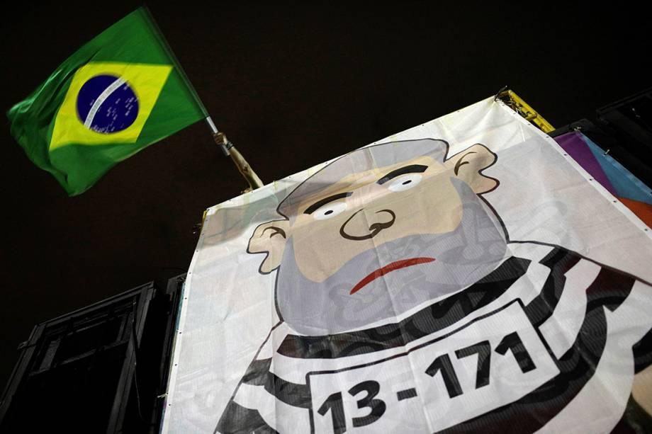 Carro de som com a figura de um pixuleco durante protesto contra o ex-presidente Lula, na praia de Copacabana, no Rio