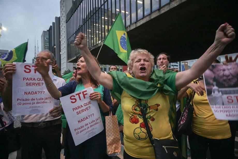 Manifestantes protestam contra o ex-presidente Lula na Avenida Paulista, em São Paulo,