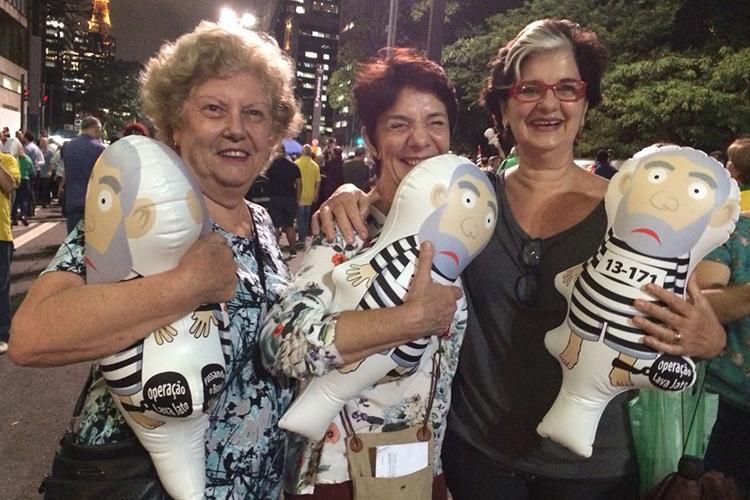 Maria de Lourdes Chiavone, 68, arte-educadora; Angela Cosac, 66, psicóloga; Laís Ferreira, 64, médica, protestam a favor da prisão do ex-presidente Luis Inácio Lula da Silva, na Avenida Paulista em São Paulo - 03/04/2018