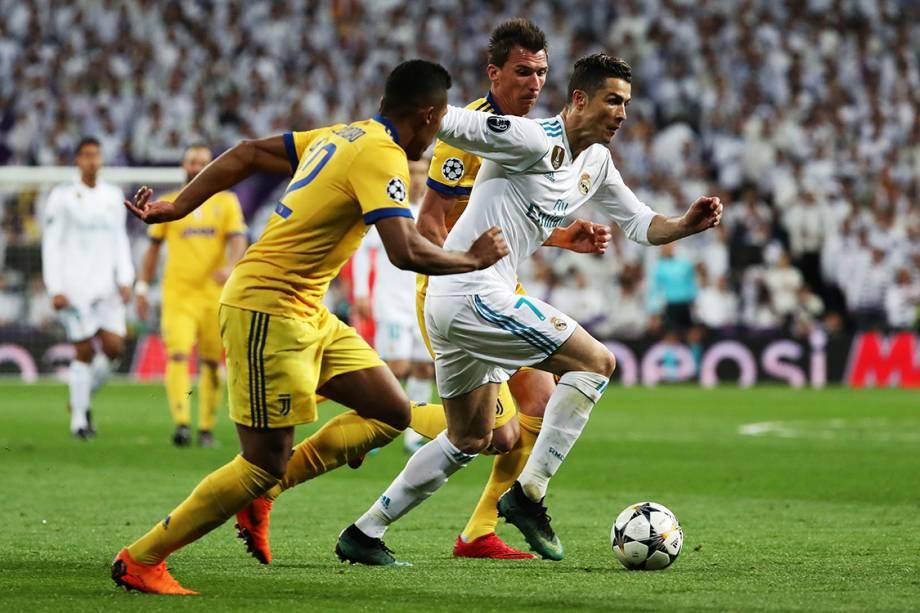 Cristiano Ronaldo em disputa de bola na partida entre Real Madrid e Juventus, pela Liga dos Campeões, em Madri