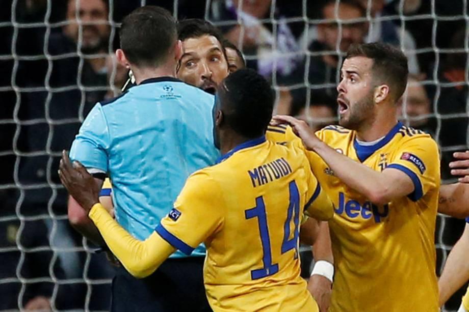 Jogadores da Juventus discutem com árbitro após pênalti marcado nos acréscimos