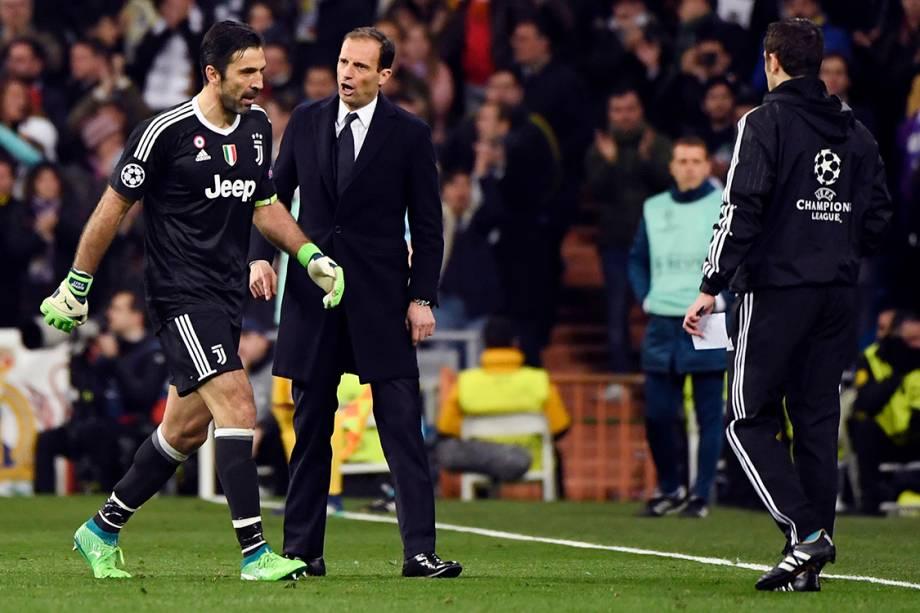 O goleiro Buffon, da Juventus, sai de campo após ser expulso no final da partida contra o Real Madrid
