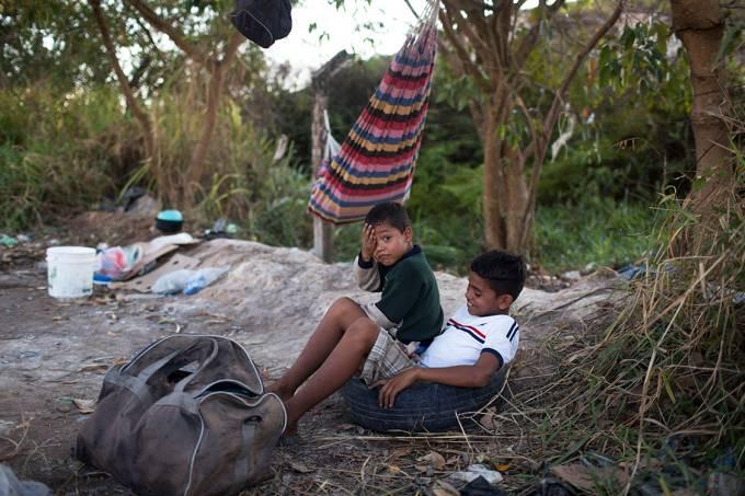 Crianças venezuelanas se refugiam em acampamento próximo a cidade de Pacaraima, em Roraima