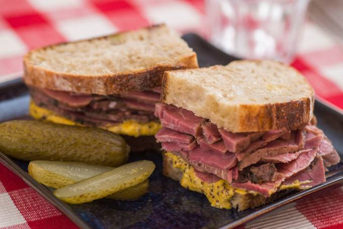 Sanduíche de pastrami: adotado nos Estados Unidos pelos judeus, por levar carne bovina e não a suína, vetada pelas suas leis religiosas