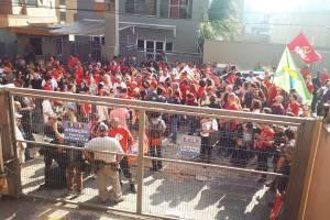 Apoiadores do ex-presidente Lula aguardam a saída do petista em um dos portões do Sindicato dos Metalúrgicos do ABC - 07/04/2018