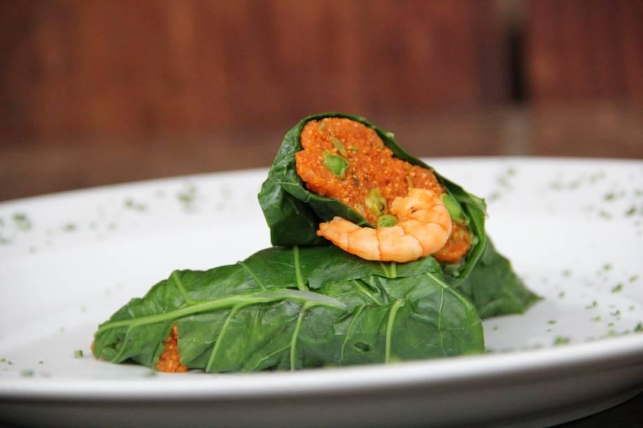 Entrada: Envelope de folha de couve recheado de cuscuz de camarão no jantar