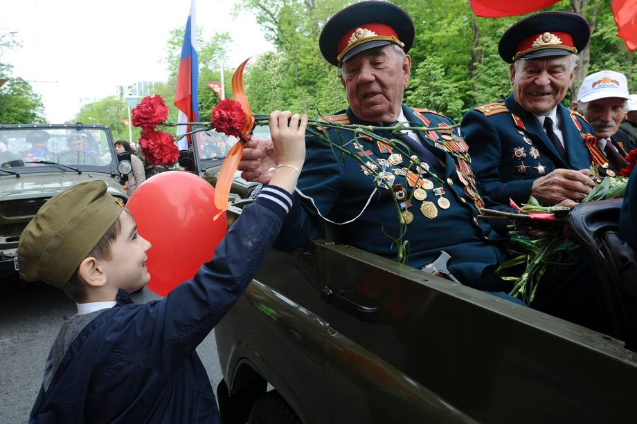 Menino presenteia com flores veterano de guerra durante comemoração do 73º aniversário da vitória russa contra o Nazismo na Segunda Guerra em Rostov-on-Don - 09/05/2018