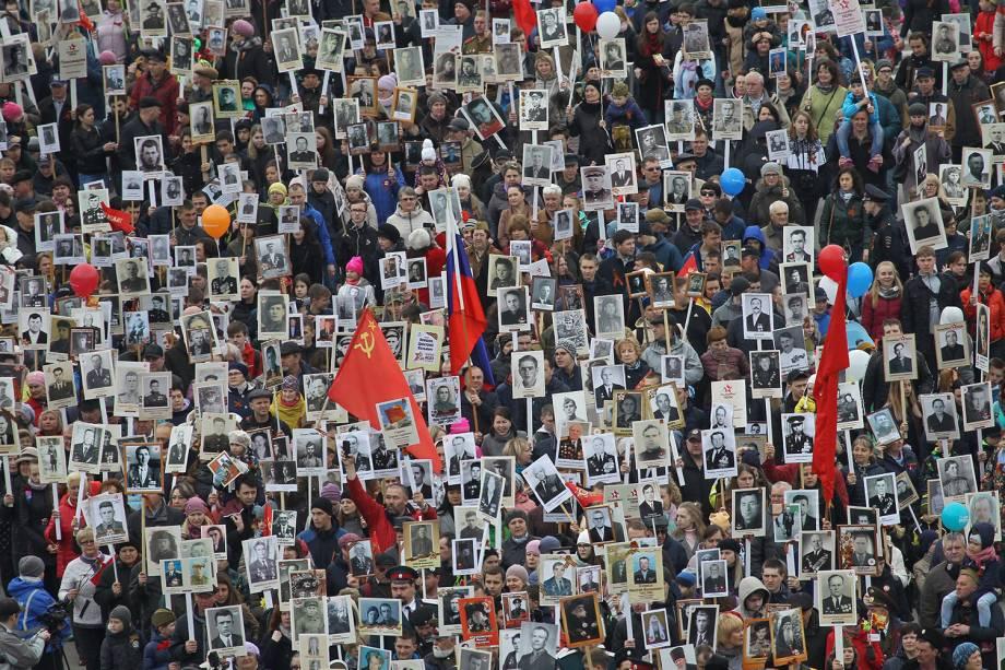Pessoas carregam fotos dos soldados que participaram do Regimento Imortal em comemoração do 73º aniversário da vitória russa contra o Nazismo na Segunda Guerra em Rostov-on-Don - 09/05/2018