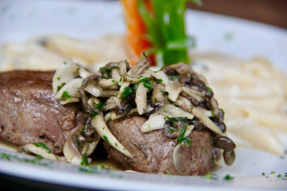 Jantar: Filé grelhado ao molho de cogumelos na etapa principal
