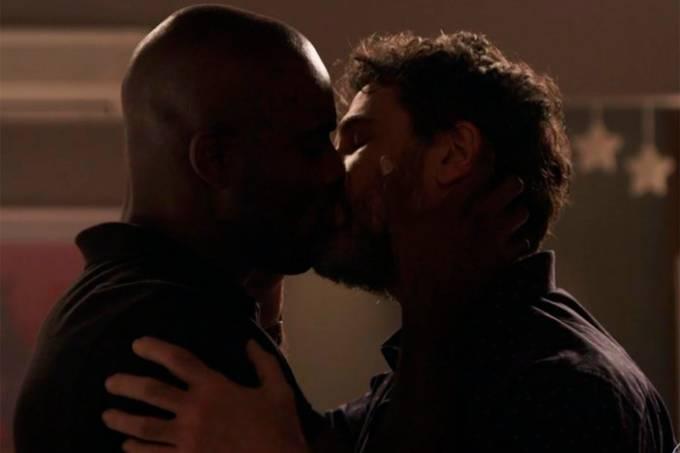 Cido (Rafael Zulu) e Samuel (Eriberto Leão) se beijam em 'O Outro Lado do Paraíso'