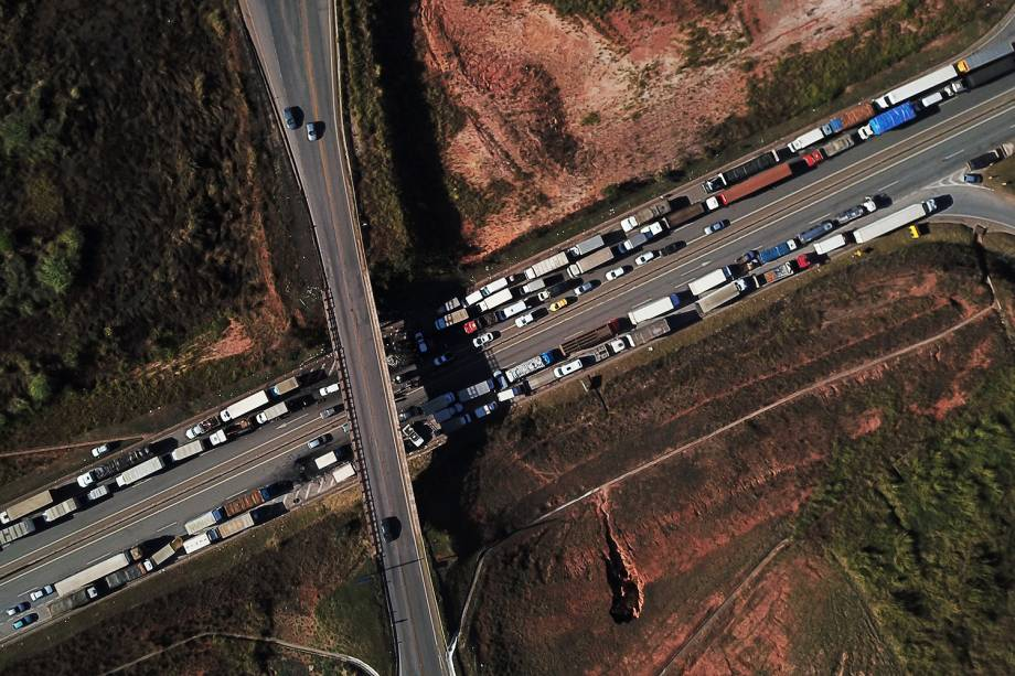 Vista aérea mostra a rodovia BR-262, em Juatuba (MG), bloqueia por caminhões durante greve, em protesto contra o aumento do preço dos combustíveis - 23/05/2018