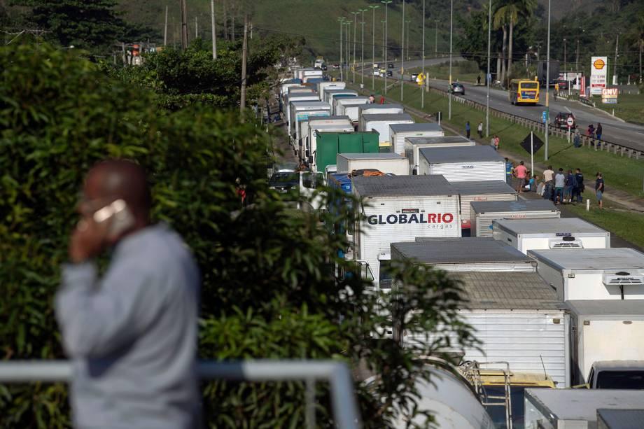 Caminhoneiros bloqueiam a BR-116, próximo da cidade de Magé (RJ), durante greve em protesto contra o aumento do preço dos combustíveis - 23/05/2018
