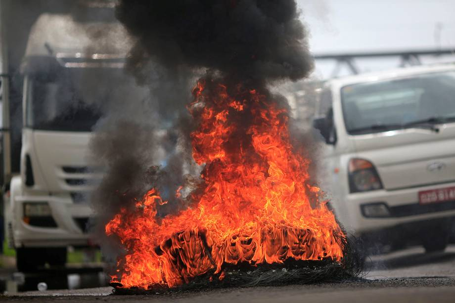 Caminhoneiros bloqueiam a BR-324, em Simões Filho (BA), durante greve em protesto contra o aumento do preço dos combustíveis - 23/05/2018