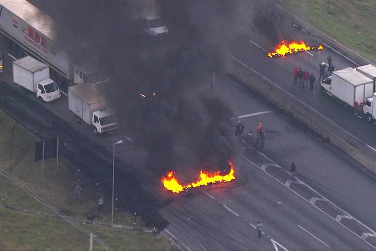 Caminhoneiros bloqueiam a rodovia Régis Bittencourt, em Embu das Artes (SP), no km 279 - 23/05/2018