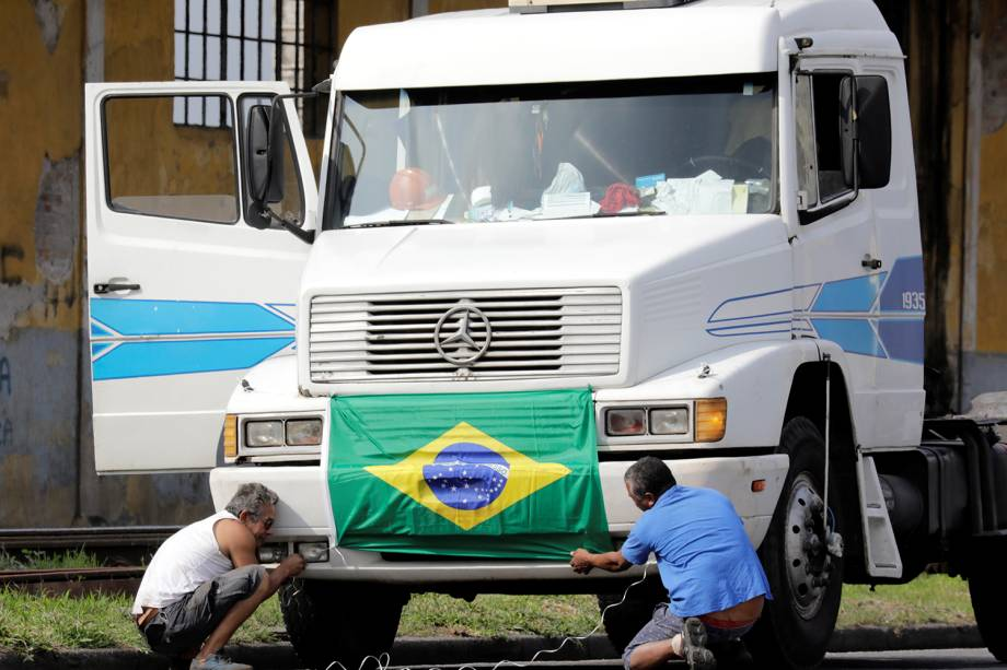 Caminhoneiros bloqueiam estradas próximas ao Porto de Santos - 23/05/2018