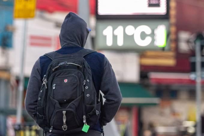 Pedestres enfrentam frio em São Paulo