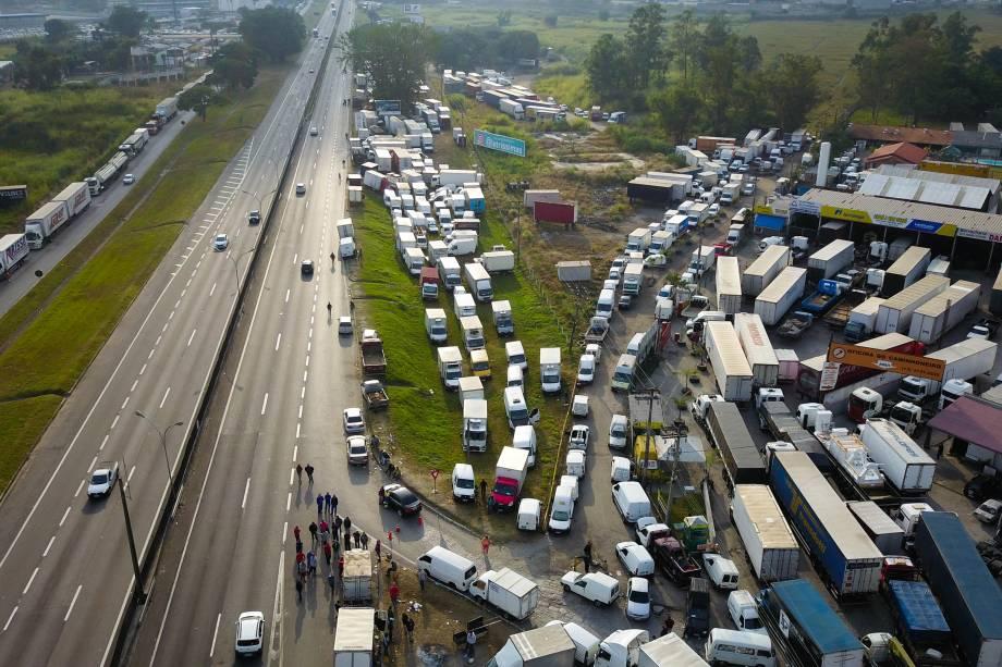 Protesto dos caminhoneiros contra o aumento do diesel na Via Dutra, na   região de Jacareí, no interior de São Paulo - 25/05/2018