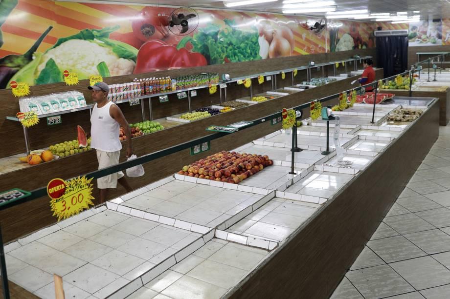 Supermercado com falta de itens para reposição nas prateleiras no Rio de Janeiro - 28/05/2018