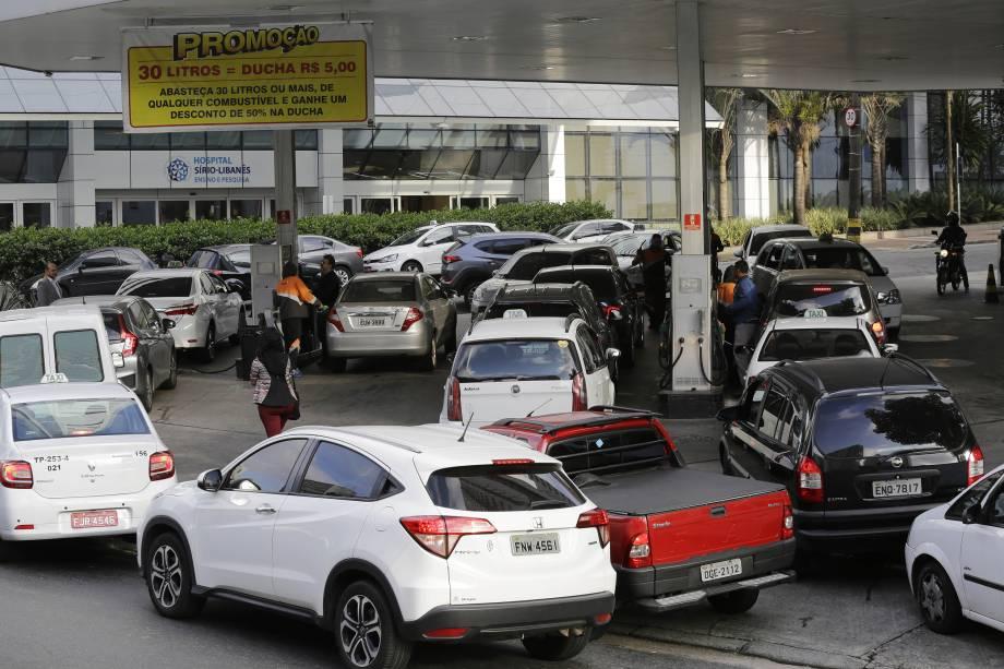 Motoristas enfrentam fila em posto de gasolina na avenida Nove de julho, centro de São Paulo. A greve dos caminhoneiros, que entra hoje no quarto dia e já afeta a oferta de combustível nos postos do país - 24/05/2018