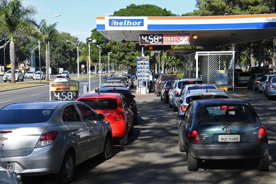 Veículos fazem fila em posto de combustíveis em Brasília (DF), durante o quarto dia da greve dos caminhoneiros - 24/05/2018