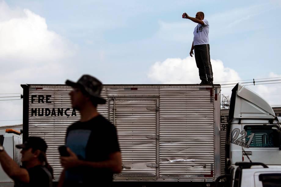 Caminhoneiros bloqueiam a rodovia BR-040, na altura da cidade de Duque de Caxias (RJ) - 24/05/2018