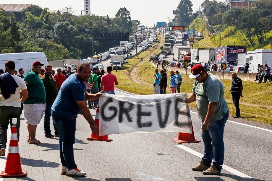 Caminhoneiros bloqueiam a rodovia Régis Bittencourt, em São Paulo (SP) - 24/05/2018