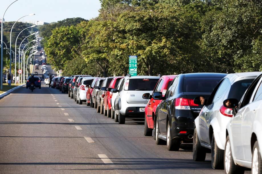 Brasilienses enfrentam até 4km de filas para abastecer em posto de combustíveis que vende gasolina a R$ 2,98, no quarto dia da greve dos caminhoneiros - 24/05/2018