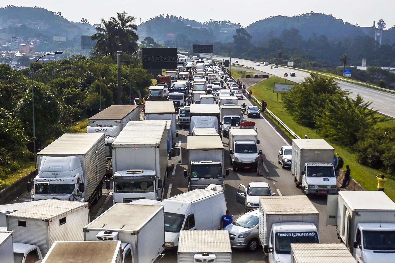 Saiba o que é locaute, delito que PF investiga em greve de caminhoneiros |  VEJA