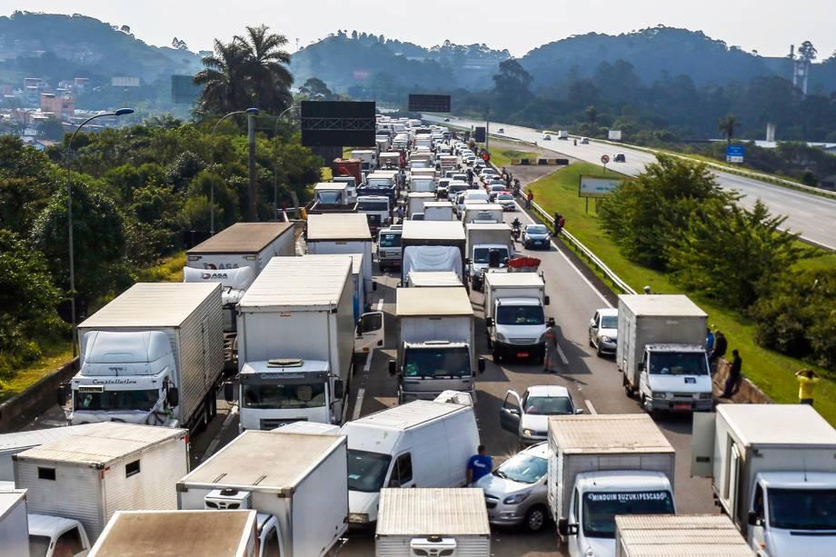 Caminhoneiros bloqueiam a Rodovia dos Imigrantes, em São Paulo (SP), durante o quarto dia de greve - 24/05/2018