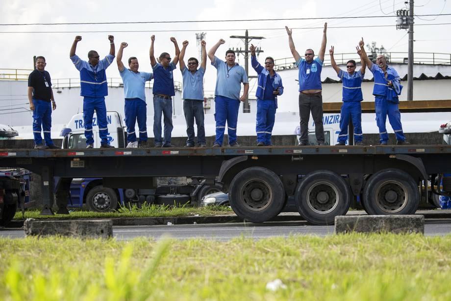 Caminhoneiros bloqueiam a Rodovia Washington Luís, na altura do município de Duque de Caixas (RJ) - 24/05/2018