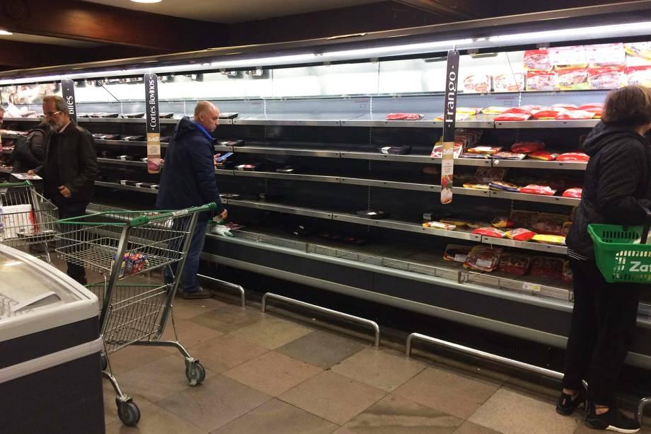 Prateleira com poucos produtos em supermercado de Porto Alegre (RS). Consumidores reclamam da falta de alguns itens nos comércios, causada pela greve dos caminhoneiros - 24/05/2018