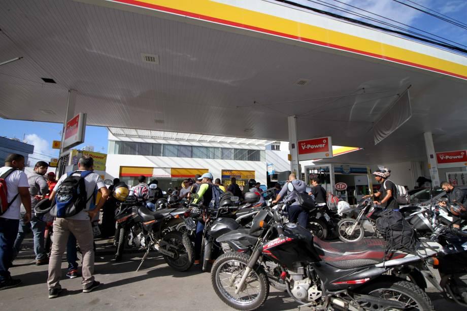 Motociclistas formam filas em posto de combustíveis no Recife (PE) durante a greve dos caminhoneiros - 24/05/2018